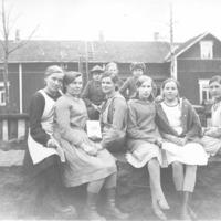 Ryhmäkuva jonkin kurssin päätteeksi Vanhahongon pihassa