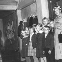 Pyhäkoulun opettaja Aino Laukkanen oppilaineen lokakuu 1964.