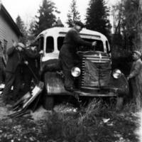 Käytöstä poistettua linja-autoa romutetaan