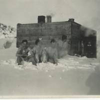Suomalaiset saunomassa kun  lumimyskystä oli selvitty.jpg